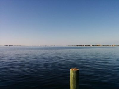 Blick vom Dock aufs Wasser