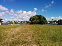 Grundstueck mit See im Hintergrund